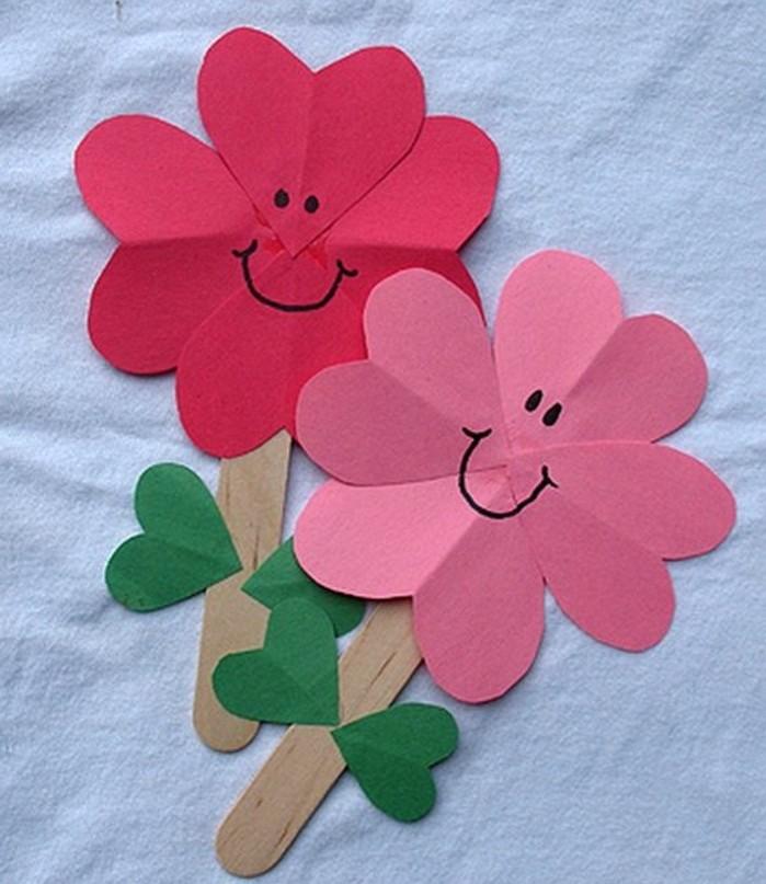 activité-manuelle-maternelle-et-primaire-pour-printemps-des-fleurs-en-papier-coloré-et-batonnet-de-glace-en-guise-de-tiges-feuilles-vertes