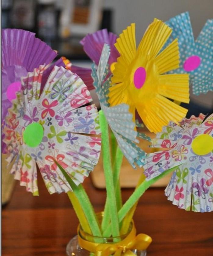 activité-manuelle-maternelle-primaire-des-fleurs-de-moules-à-muffins-un-bouquet-de-fleurs-dans-un-vase-tiges-en-tissu-idée-decoration-paques-florale