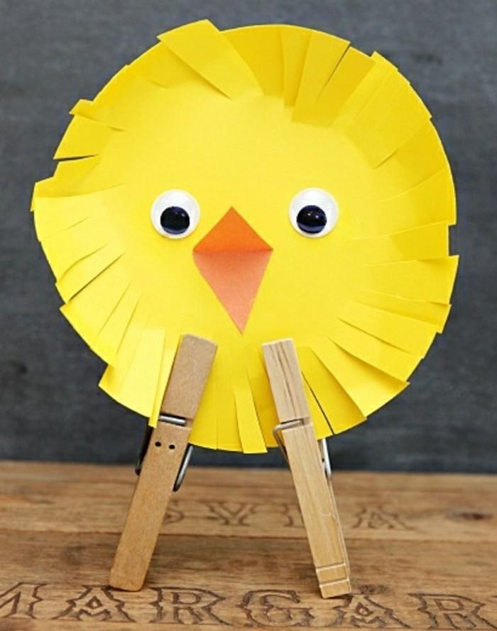 activité-manuelle-maternelle-une-assiette-en-carton-des-yeux-mobiles-bec-orange-un-poussin-a-faire-soi-meme-bricolage-enfant