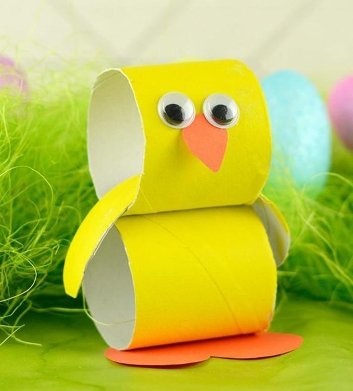 activité-manuelle-paques-enfant-un-poussin-fabriqué-de-rouleaux-de-papier-toilette-peints-en-jaune-des-yeux-mobiles-exemple-de-activité-manuelle-maternelle