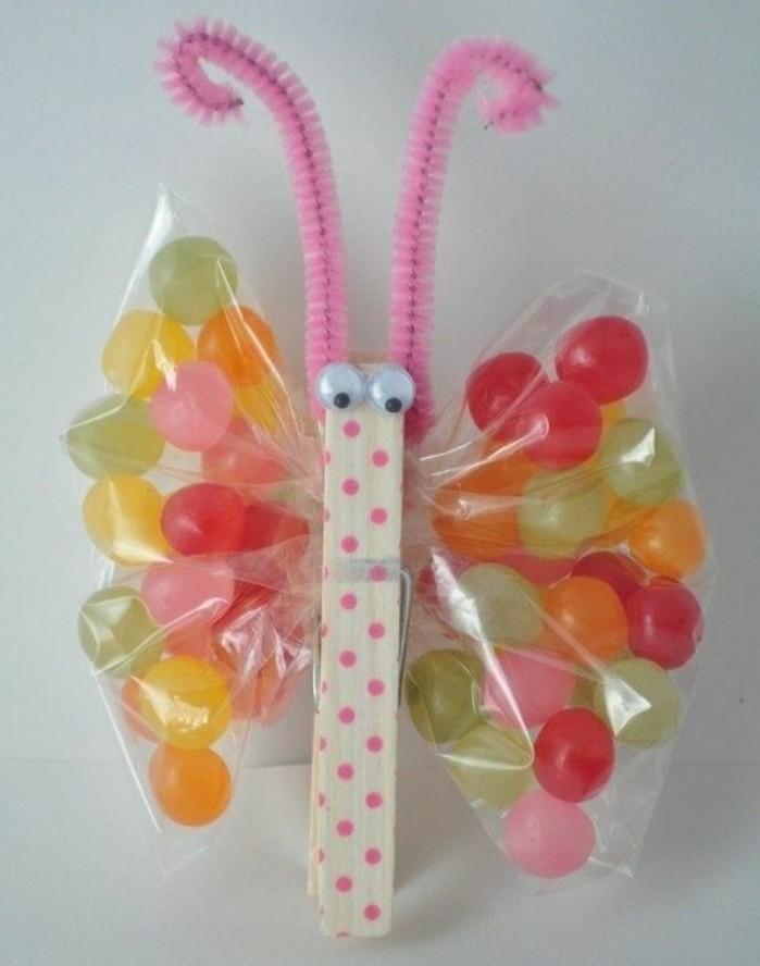 activité-manuelle-primaire-un-papillon-de-pince-a-linge-des-ailes-en-paquets-de-bonbons-une-idée-de-decoration-printemps-gourmande