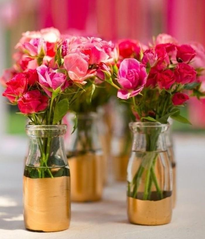 activité-manuelle-printemps-pour-adultes-vase-customisé-peinture-dorée-rise-rouges-deco-table-fleurs