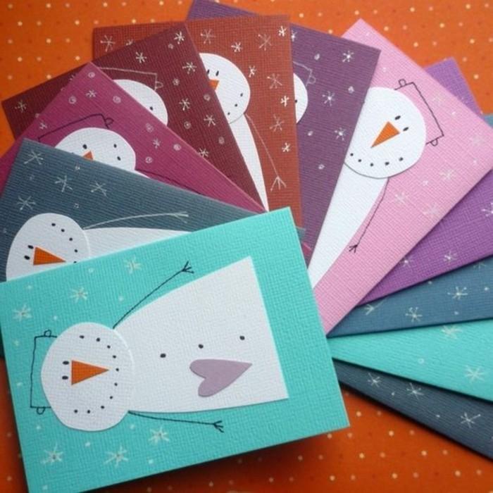 activités manuelle noel, des cartes de voeux avec des bonhommes de neige sur des bouts de papier colorés