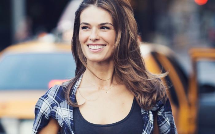 Belle femme souriante idée comment se maquiller bien naturellement