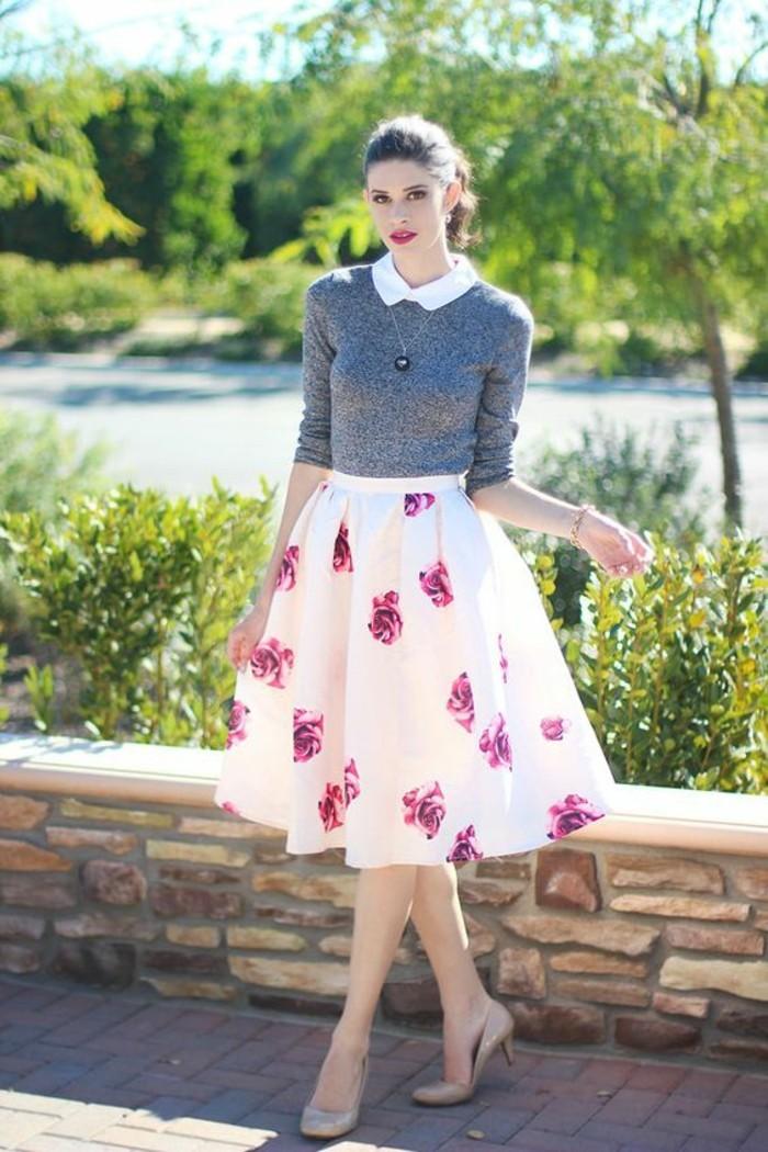 une jupe évasée longue à motif floral idéale pour une morphologie triangle inversée