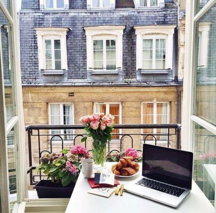 decoration balcon, pot à fleur noir, vase en verre, petit déjeuner, bureau murale