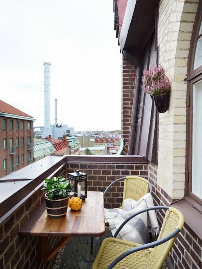 aménager un petit balcon, table murale en bois, lanterne à bougies, couverture blanche à franges