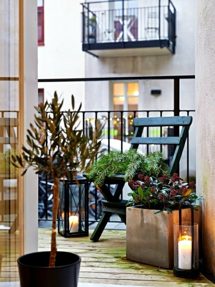 decoration balcon, chaise en bois noire, bougies allumées, lanterne noire, sol en bois