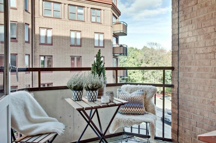 meuble balcon, couverture blanche en fausse fourrure, pot à fleur en blanc et noir
