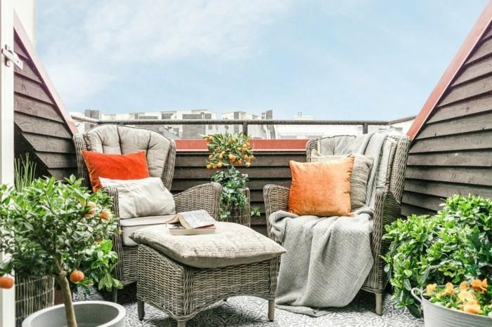 meuble balcon, chaises gris, table basse, coussins orange, petit arbre clémentine, vue d'en haut