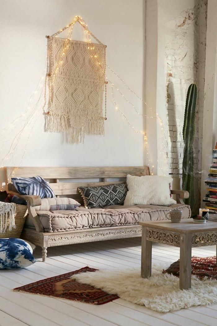 déco salon cocooning, teinture murale macramé, guirlande lumineuse, table basse, canapé en palettes