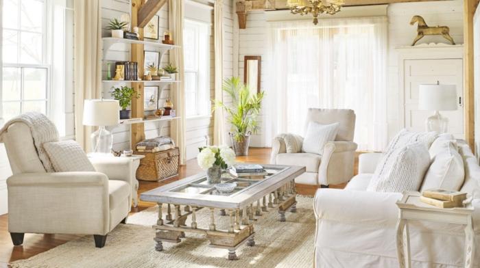 comment décorer son salon, fauteuils blancs, parquet en bois clair, lustre en cristaux, lampe blanche, plante verte