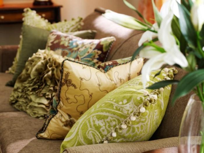 feng shui salon, plantes vertes, coussins décoratifs à motifs floraux, armoire en bois