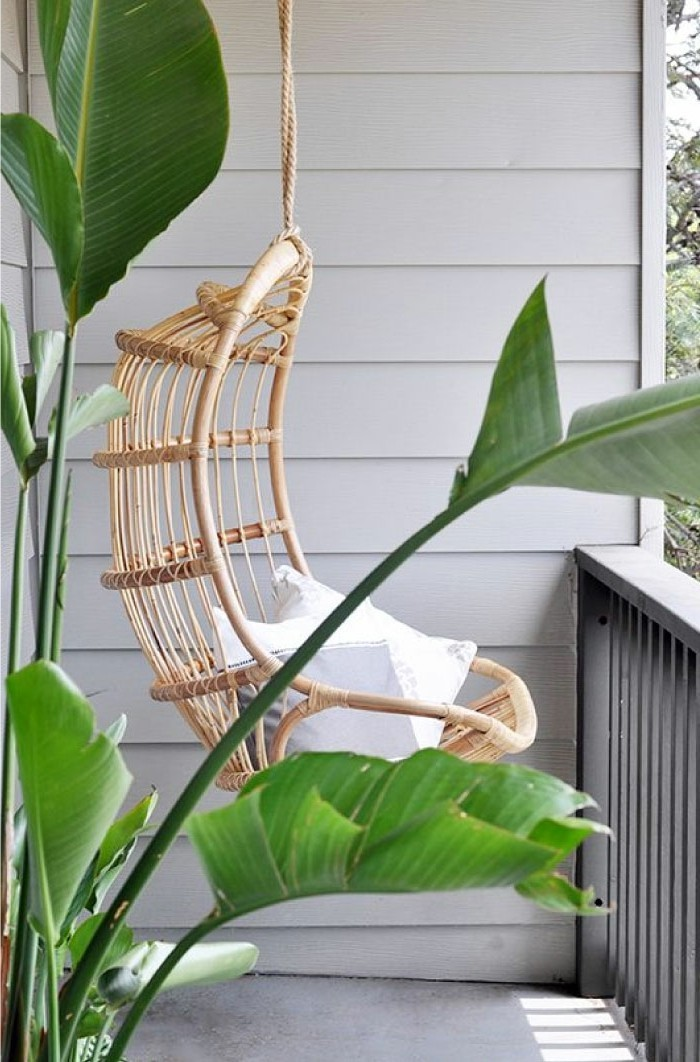 decoration balcon, chaise suspendue, coussins blancs, plantes vertes