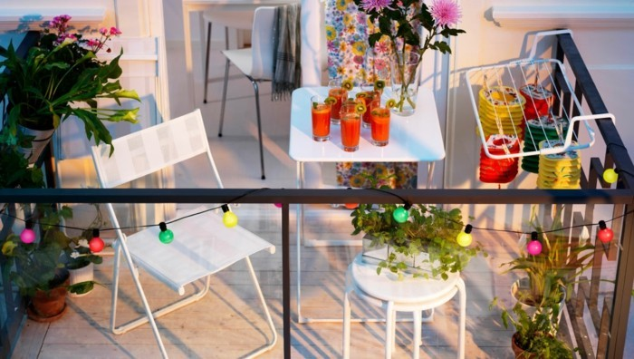 amenagement balcon, chaise pliante, tabouret blanc, guirlandes lumineuse