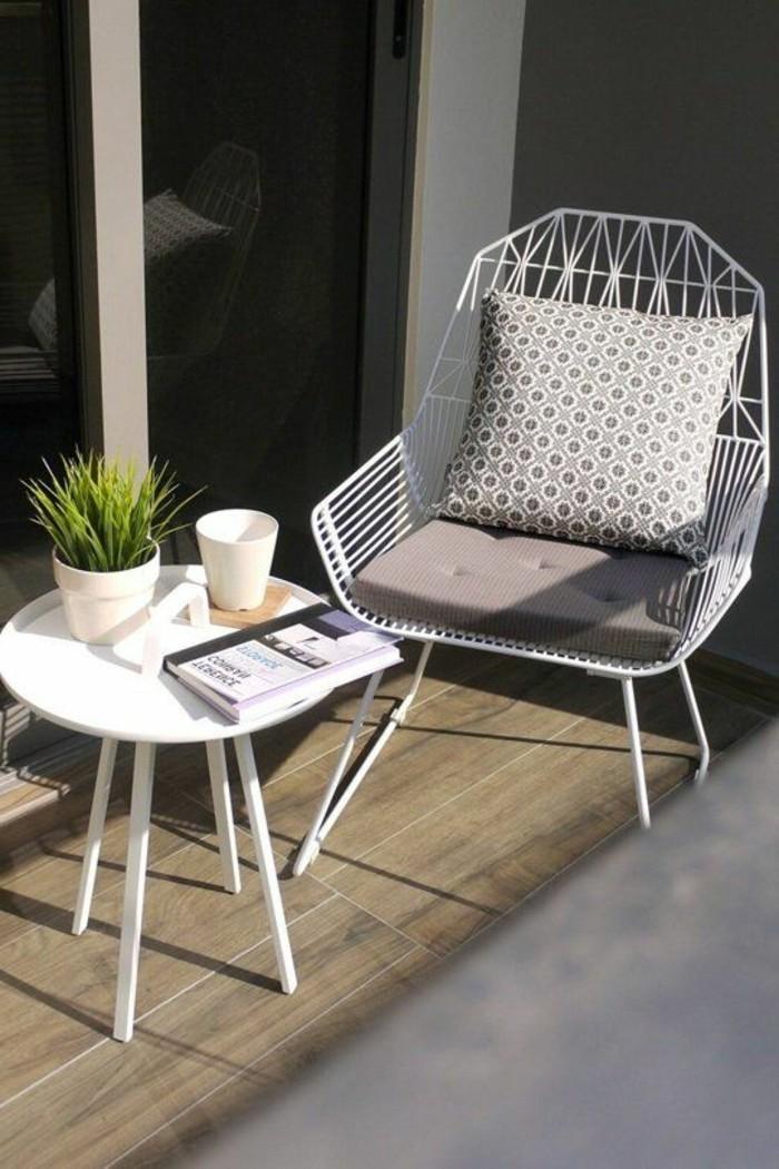 idee deco terrasse, sol en bois, table ronde, fleur verte, coussin gris