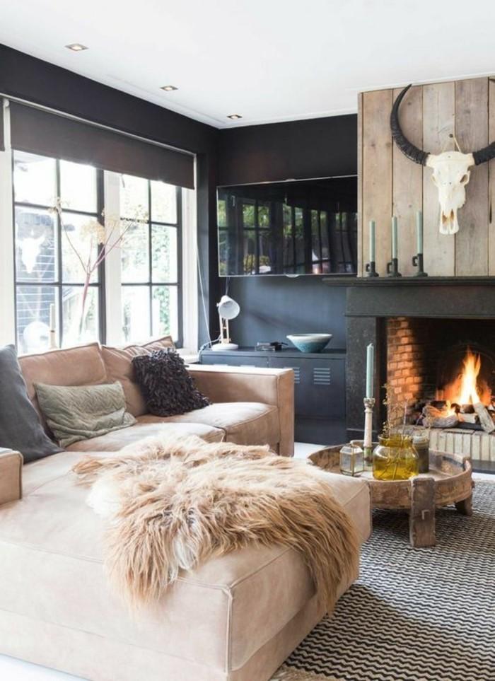 ambiance-cocooning-canapé-coussins-cornes-decoratifs-cheminée-table-ronde