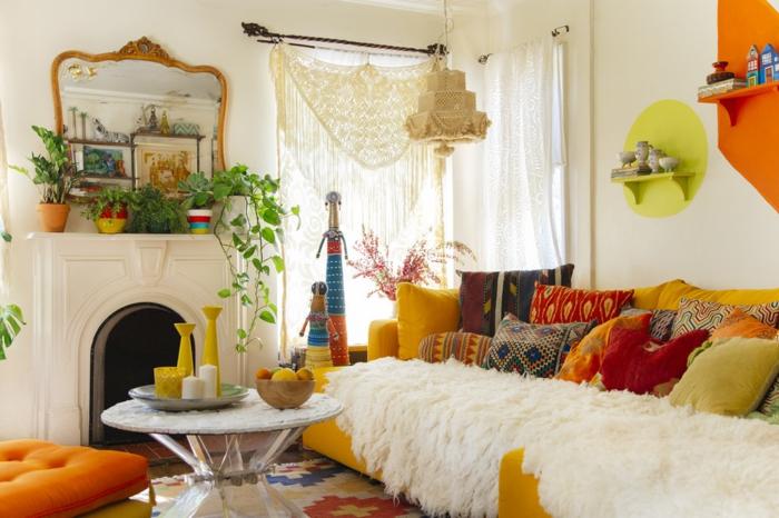 déco salon cocooning, table ronde, canapé jaune moutarde, miroir en cadre doré, coussins à motifs ethniques