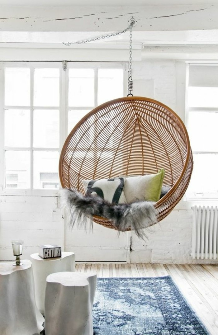 ambiance-cocooning-chaise-suspendue-en-rotin-coussins-tapis-ethnique