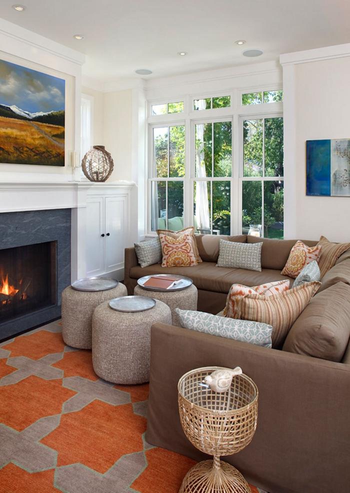 comment décorer son salon, cheminée allumée, grande fenêtre, canapé d'angle marron