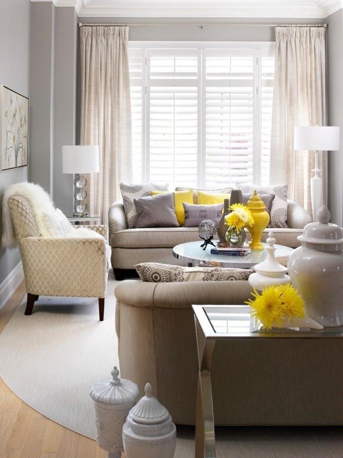 déco cocooning salon, coussins en jaune moutarde, rideaux longs, fauteuil blanc, murs gris