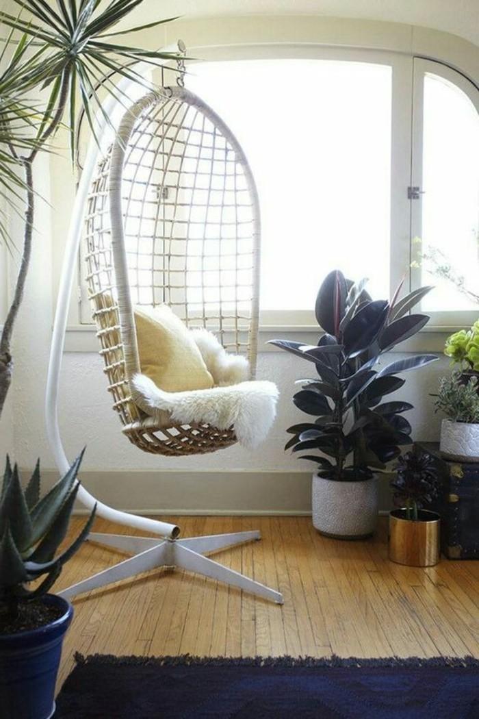 ambiance-cocooning-fauteil-suspendu-plantes-tropicales-grande-fenetre