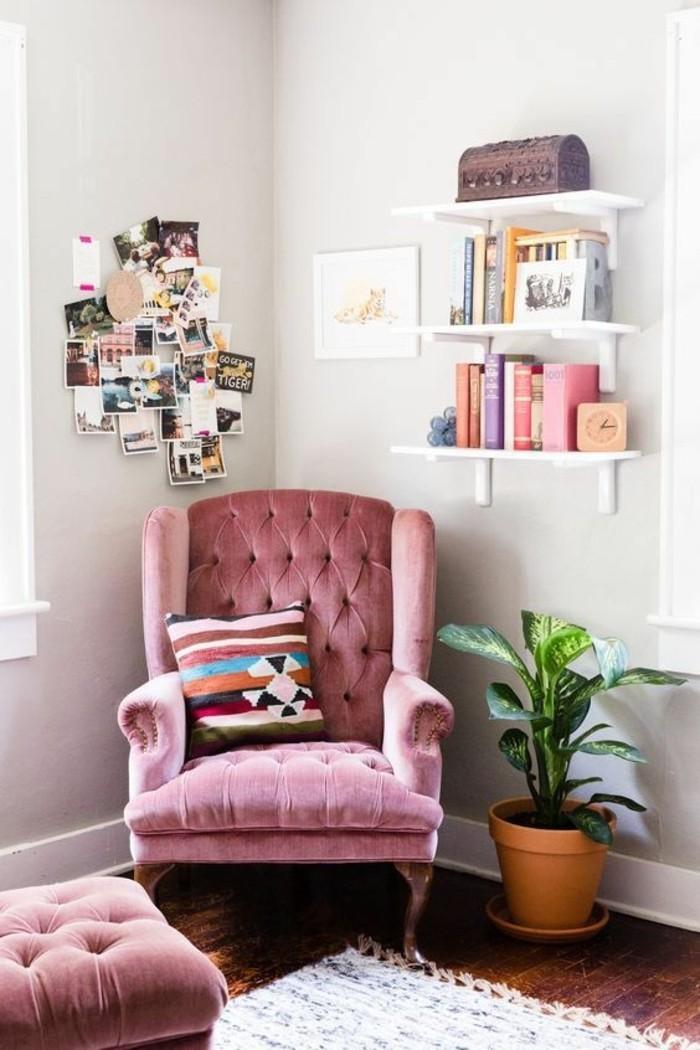 ambiance-cocooning-fauteuil-et-tabouret-rose-coffre-photo-tapis-plante-étagère