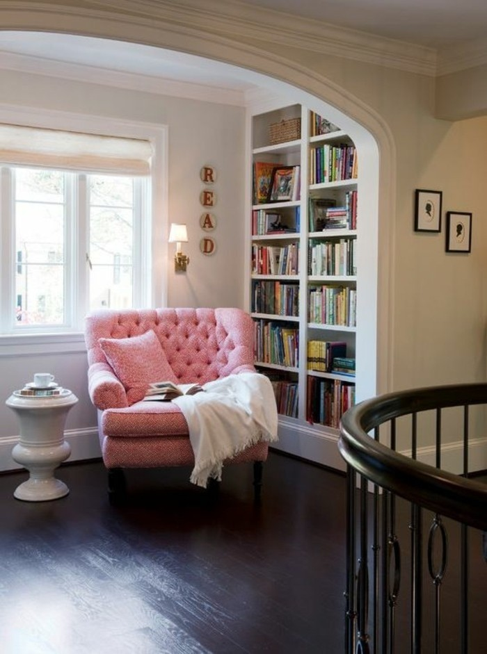 ambiance-cocooning-fauteuil-rose-bibliotheque-table-de-chevet-couverture-blanche