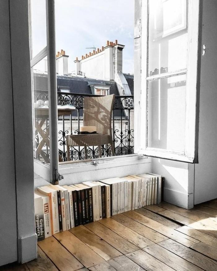 ambiance-cocooning-grande-fenetre-livre-chaise-et-table-chapeau
