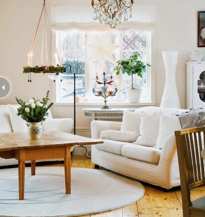 deco cocooning, tapis rond, canapé blanc, plantes vertes, lustre en cristaux, parquet en bois