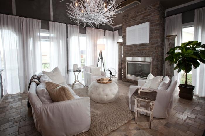 amenagement salon, rideaux blancs, murs en briques, plantes vertes, canapés blancs