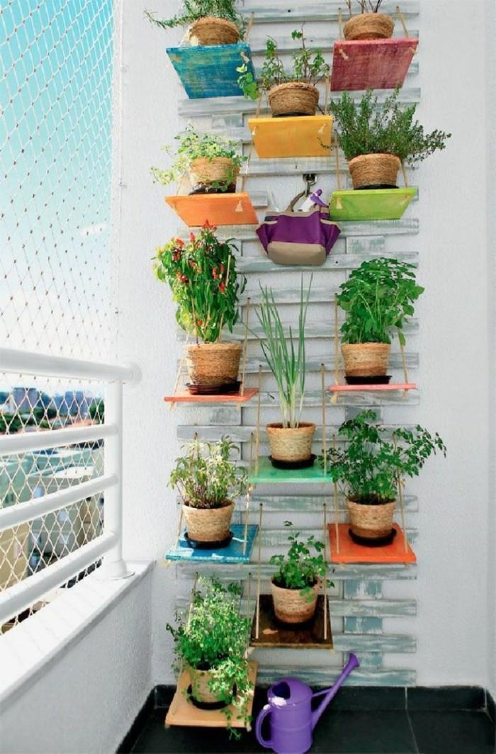decoration jardiniere exterieure, étagères en bois, shabby chic style, plantes vertes