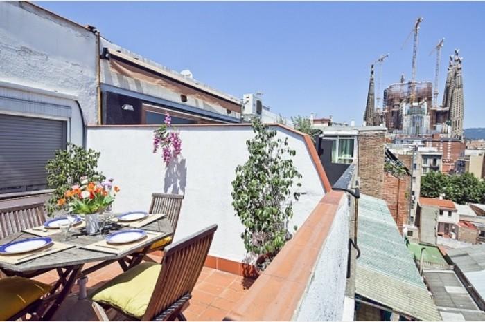 plantes, chaises pliantes en bois, table en bois et métal, carrelage en grès cérame, petite salle à manger en plein air, barcelone