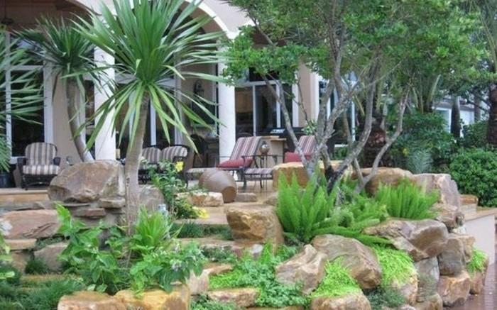 amenagement-coin-détente-naturel-a-l-extérieur-d-une-maison-exotique-palmier-arbustes-idée-comment-faire-une-rocaille