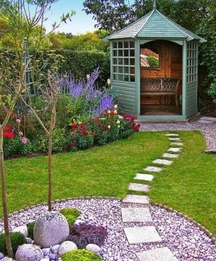 amenagement-jardin-esthétique-un-petit-sentier-un-coin-rocaille-fleurie-et-petite-veranda-des-fleurs-aux-rebords-du-jardin