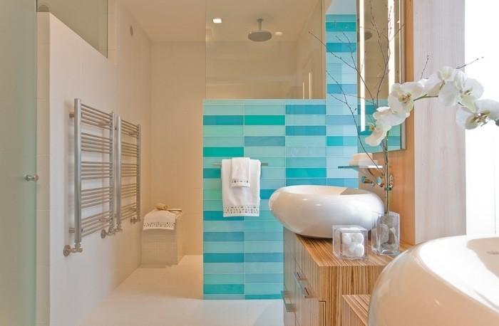 amenagement-salle-de-bain-lavabo-moderne-orhidée-serviettes-blanches-carrelage