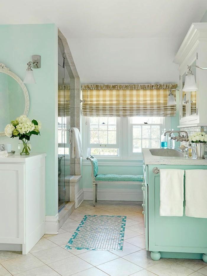 amenagement-salle-de-bain-rideaux-carrés-fleurs-miroir-lavabo-tapis-de-bains