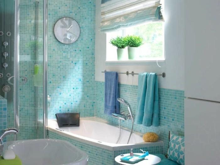 amenagement-salle-de-bain-serviettes-bleues-miroir-rond-plantes-vertes-lavabo