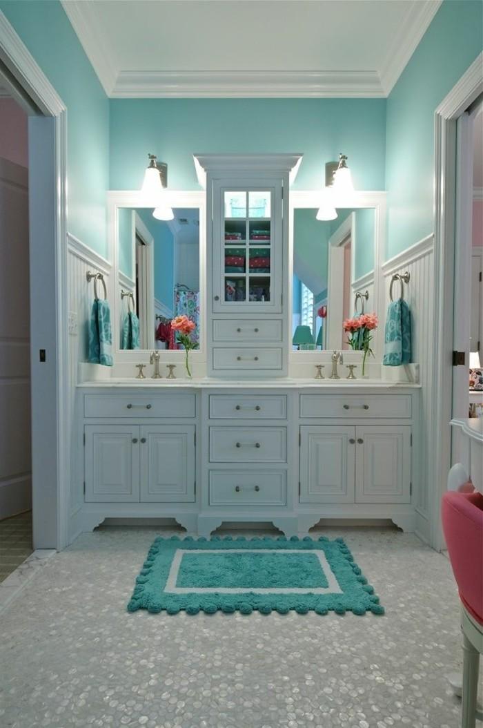 amenagement-salle-de-bain-tapis-pompons-miroir-armoire-chaise-rose-fleurs