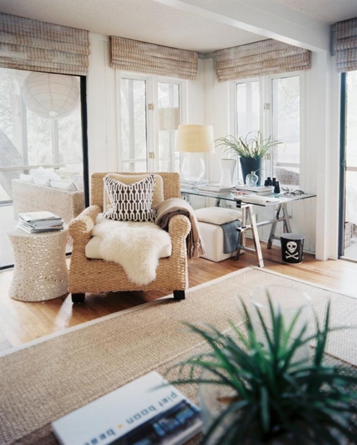 coussin cocooning, plante verte, parquet en bois clair, tapis taupe, fauteuil beige, plaid en fausse fourrure