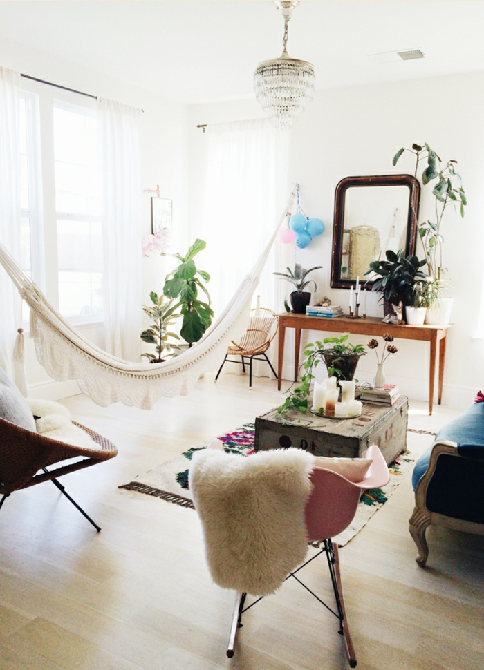 idee deco salon cocooning, parquet en bois clair, hamac blanc, rideaux longs, chaise rose