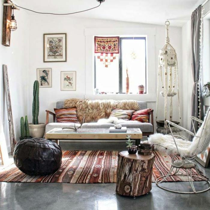 ambiance cocooning, boho style, pouf noir, tapis ethnique, canapé en bois, cactus