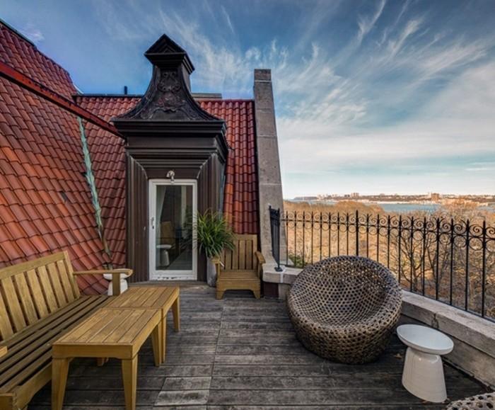 terrasse composite, banc et table en bois, fauteuil design, vue spectaculaire, maison vintage, idée comment aménager une terrasse