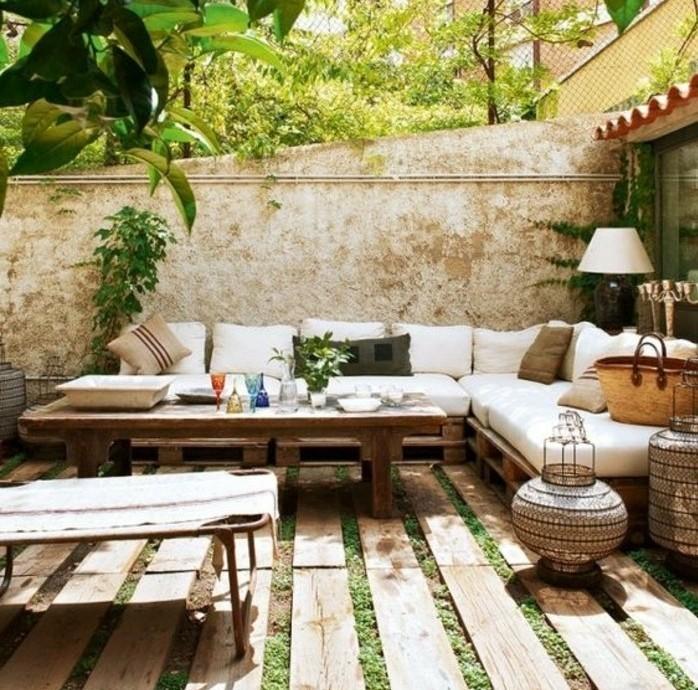 maison style méditerranéen, table en bois, canapé d'angle en palettes, luminaires style oriental, plantes vertes