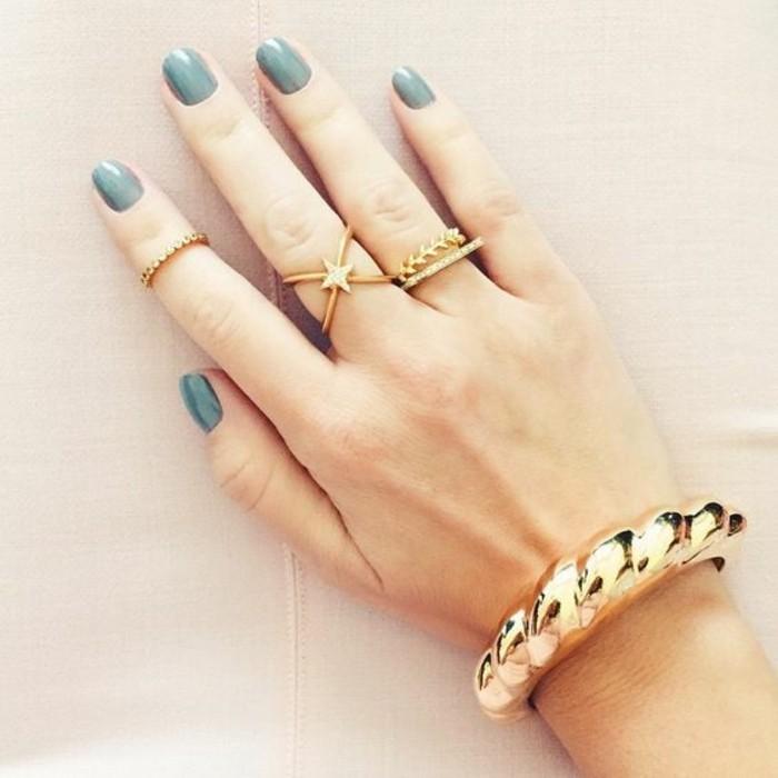 un bracelet imposant plaqué or associé à des anneaux élégants, une fine bague sertie de zircons
