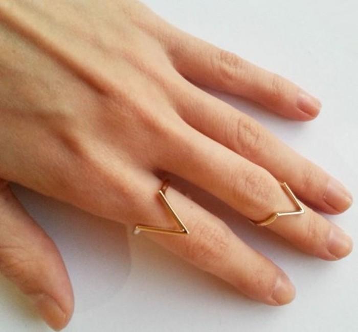 la tendance géométrique dans les bijoux, une fine bague flèche de style minimaliste