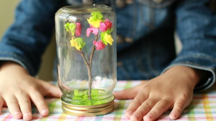 arbre-dans-un-bocal-exemple-branche-d-arbre-décorée-de-fleurs-en-papier-crépon-idée-activité-créative-de-printemps-à-realiser-soi-meme