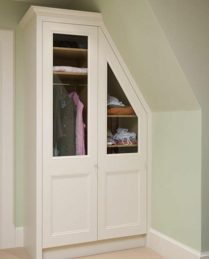 armoire sous pente blanc, penderie, rangements vêtement, idée comment organiser et ranger ses vêtements