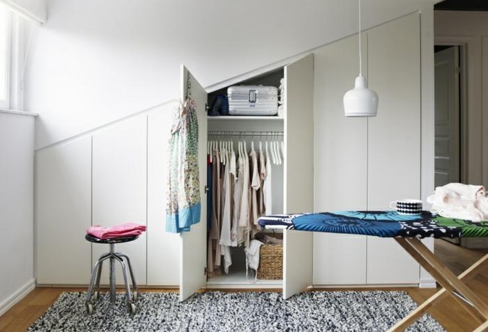 modèle d armoire sous pente, meuble sous comble design scandinave, tapis en noir et blanc, tabouret, penderie et étagères de rangement
