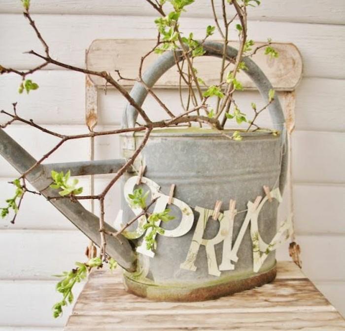 arrosoir-vintage-deco-brache-feuilles-vertes-idée-d-activité-créative-pour-fabriquer-une-deco-printemps-a-faire-soi-meme